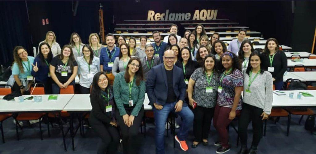 Foto com uma turma de um dos cursos de SAC 4.0 no espaço Sapato Laranja do Reclame AQUI.